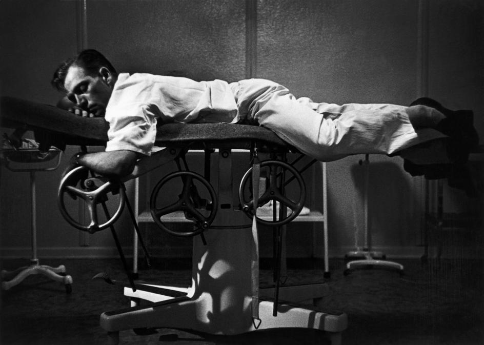 Доктор Цериани отдыхает на операционном столе