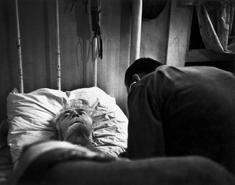 Доктор цериани осматривает больного