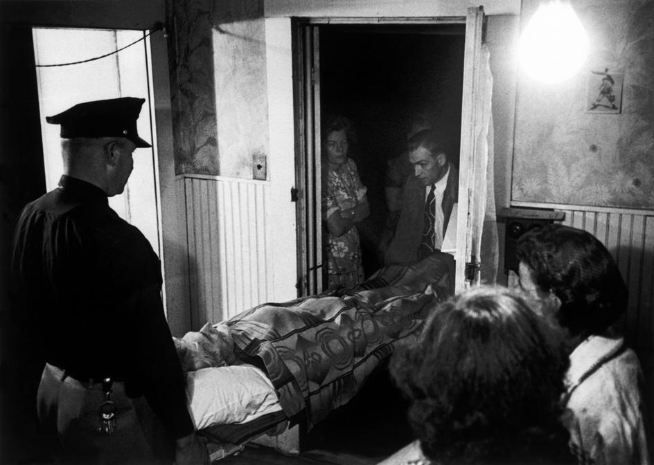 Доктор Цериани помогает унести тело покойного