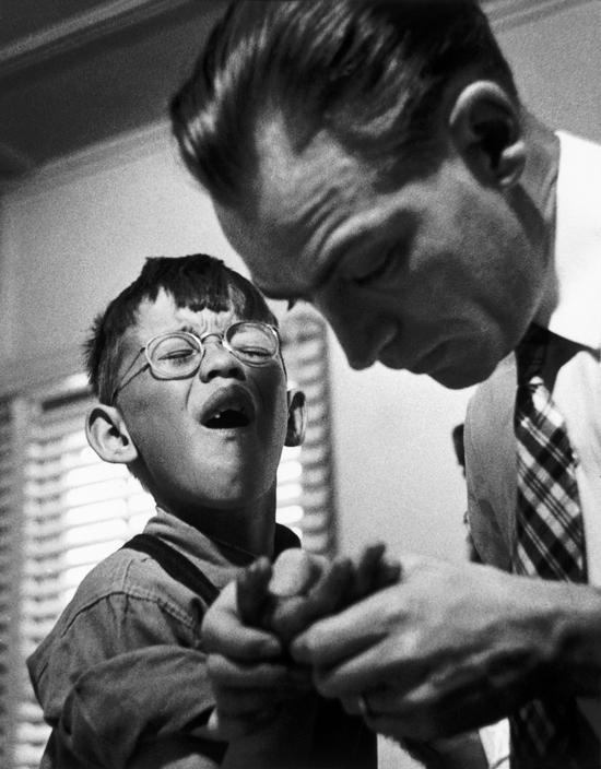 Доктор Цериани осматривает мальчика