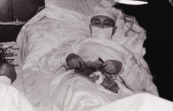 Хирург сам себе делает операцию (сильные фото врачей)