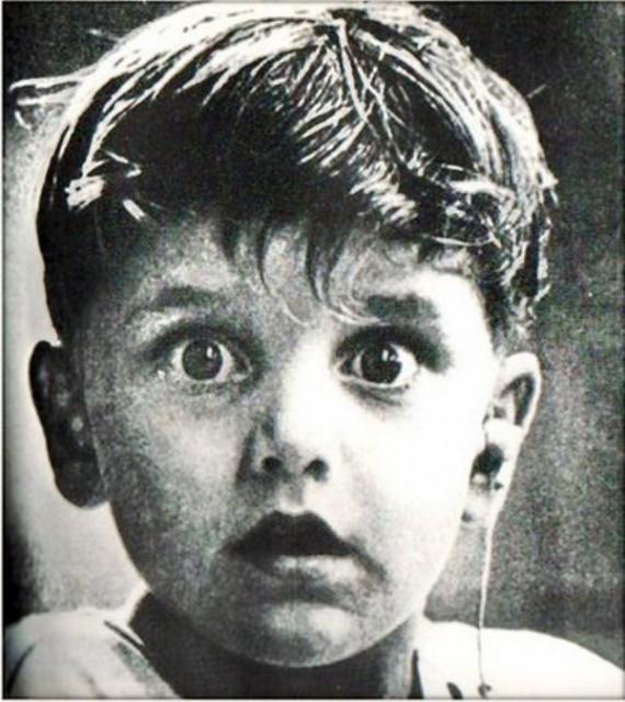 Мальчик впервые слышит (сильные фото врачей)