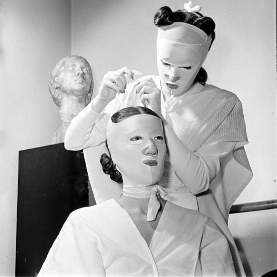 Процедуры красоты в салоне Хелены Рубинштейн. 1940-е гг