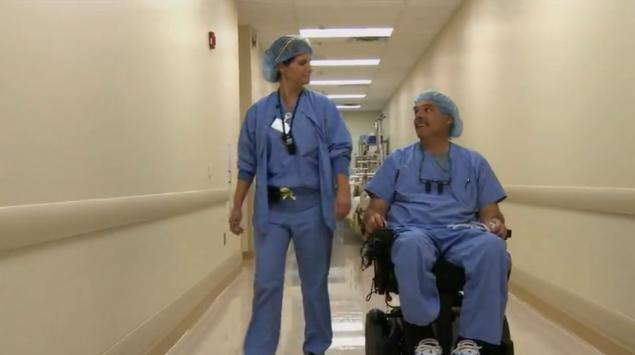 Парализованный хирург продолжает делать операции