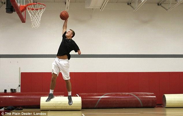 Однорукий баскетболист Зак Ходскинс